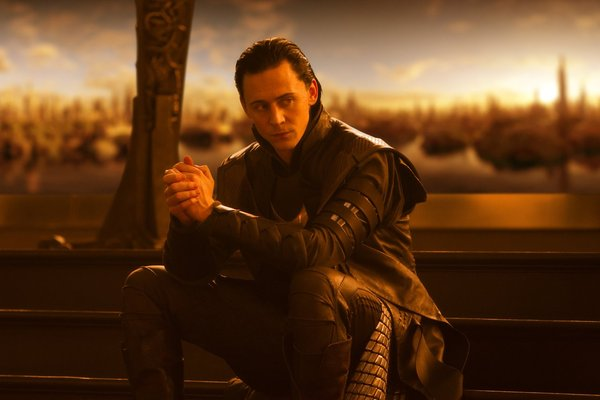 Slika Loki tom hiddleston U krevetu sa… Tomom Hidlstonom