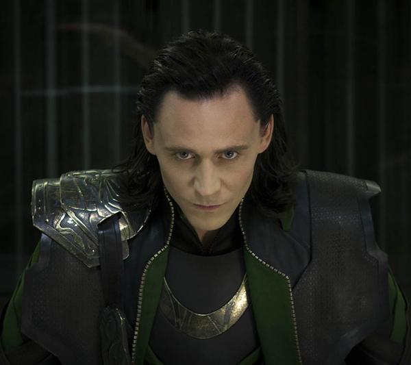 slika Loki Avengers U krevetu sa… Tomom Hidlstonom