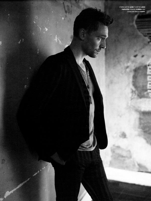 slika Tom Hidlston magazin crno bela U krevetu sa… Tomom Hidlstonom