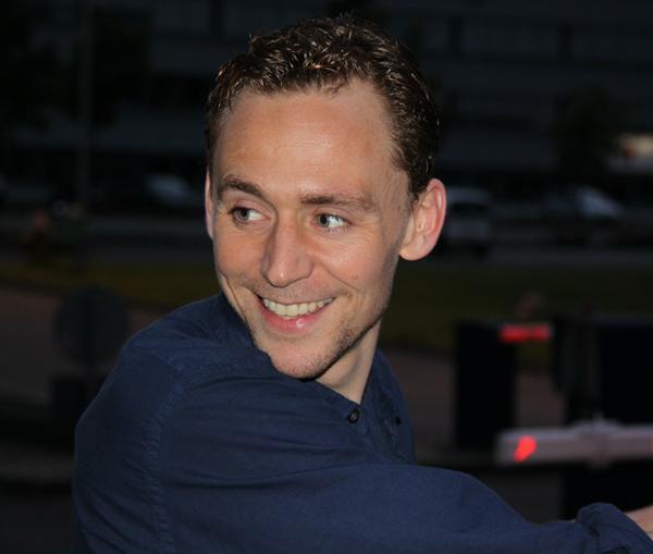 slika Tom Hidlston osmeh U krevetu sa… Tomom Hidlstonom