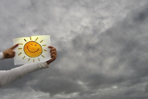 Crtež sunca ispred olujnog neba Dole mi je vruće, gore mi je hladno