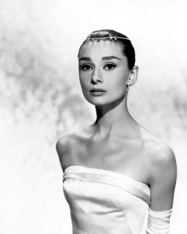 Odri sa zanimljivim detaljem u kosi Wannabe Bride: Stil Audrey Hepburn, glamurozno i elegantno