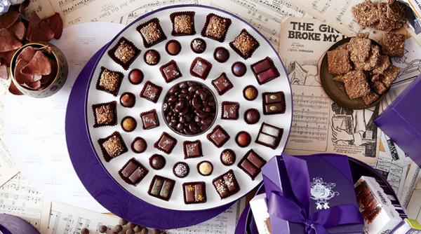 Okrugla ljubičasta kutija sa čokoladicama Vodič kroz potpuni užitak: Radionice čokolade