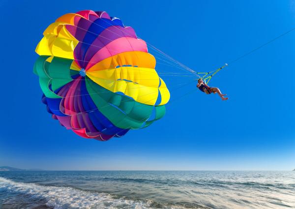 Parasejling iznad plavog mora Letnje igre i morska avantura: Vodeni sportovi