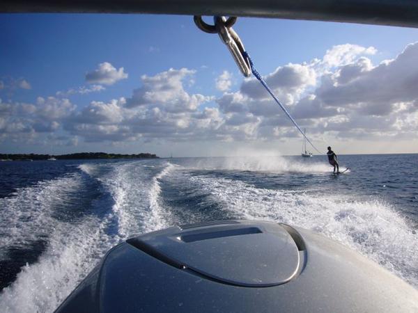 Skijaš na vodi snimljen sa broda koji ga vuče Letnje igre i morska avantura: Vodeni sportovi