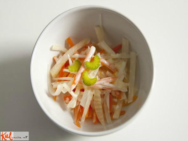 Ukusne poslastice Gotova salata Ukusne poslastice: Brza salata sa šargarepom i celerom
