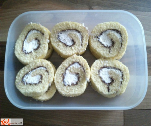 Ukusne poslastice Rolat na tanjiru Ukusne poslastice: Rolat sa Nutelom i slatkom pavlakom