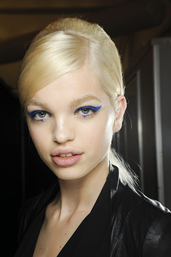 annasui1 AW12 gl 11jun12 GR 592x888 Beauty Look: Plavi ajlajner