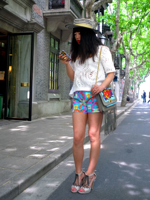 devojka sa šeširom gleda u mobilni 2  Face Hunter: Yvan Rodic u Beogradu