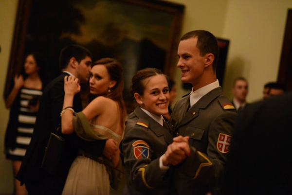 mladi kadeti plesu u belom dvoru Prolećni studentski bal