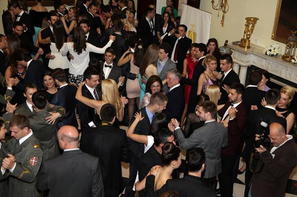 studenti plesu valcer Prolećni studentski bal