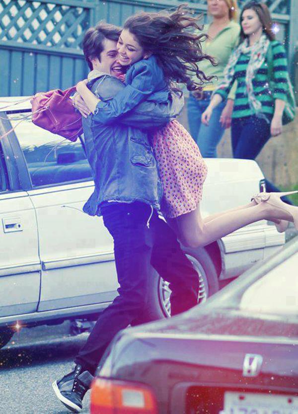 true love couple holding each other in arms Horoskop za jun: Ovan (ljubav)