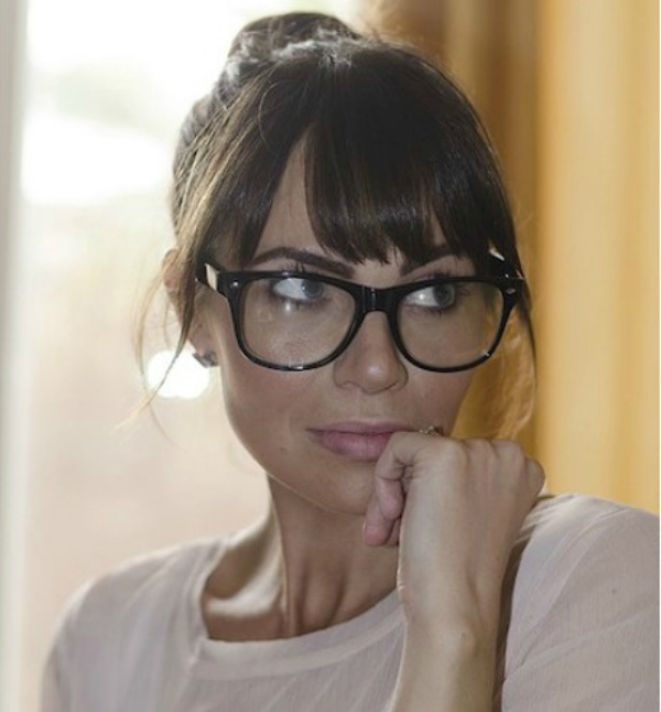 Bela bluza i siske Deset načina da izgledate očaravajuće sa naočarima
