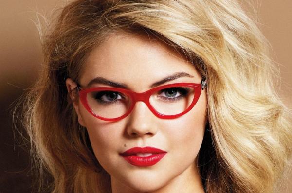 Crvene naocare Deset načina da izgledate očaravajuće sa naočarima