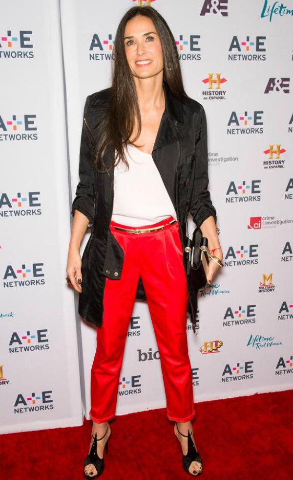 Demi Deset poznatih dama u crvenim pantalonama