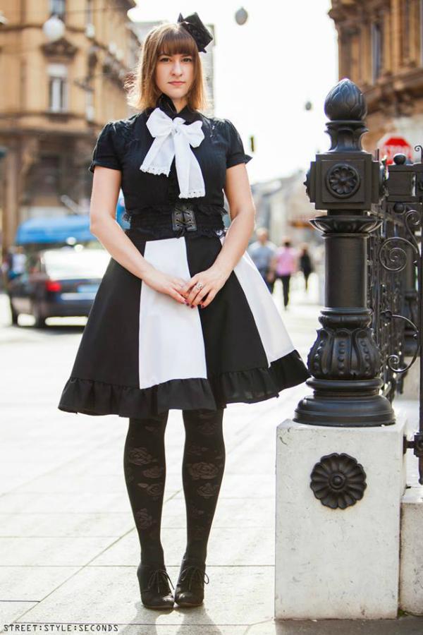 Devojka u nesvakidašnjoj crnoj haljini sa sesiricem na glavi Street Style: Fantastično leto u Zagrebu (1. deo)