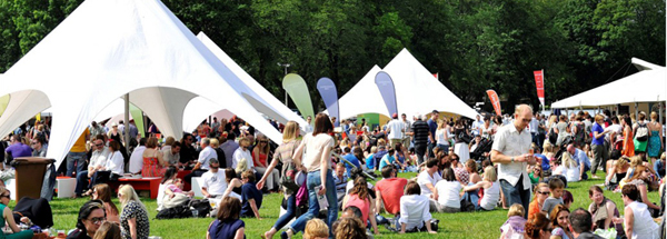Ljudi sede na travnjaku ispred satora Deset najboljih festivala hrane