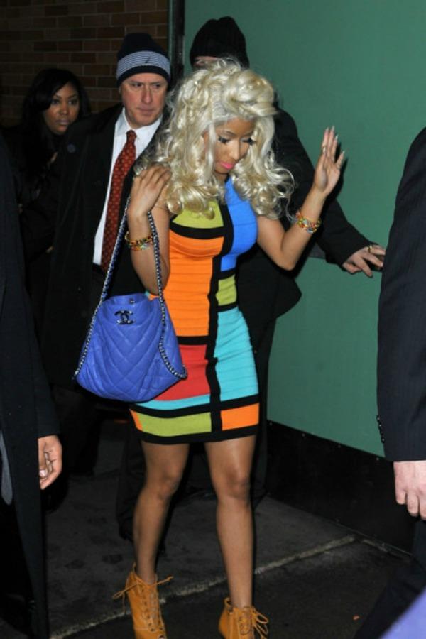 Niki u sarenoj haljini 9.jpg Street Style: Nicki Minaj