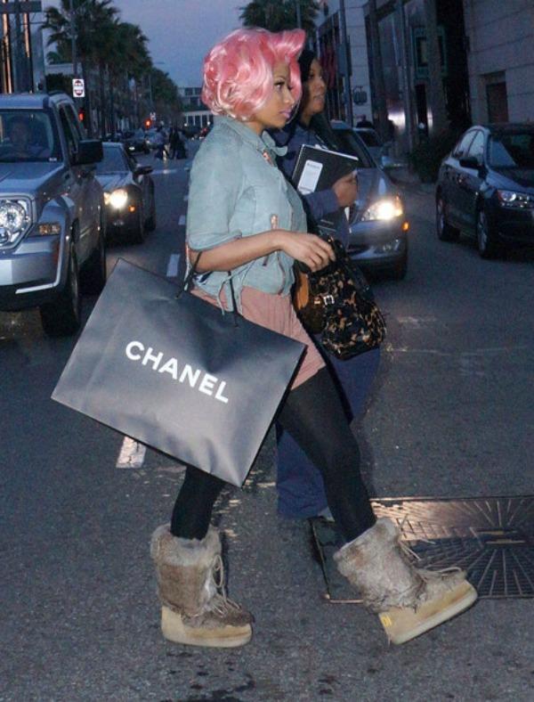 Niki u velikim cizmama 6jpg. Street Style: Nicki Minaj