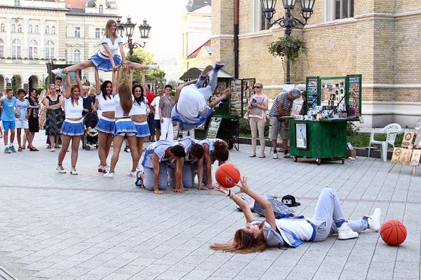 Performans u Zmaj Jovinoj ulici u Novom Sadu u okviru basket turnira 3x3 na Štrandu Nagradni konkurs Teren je tamo gde si ti