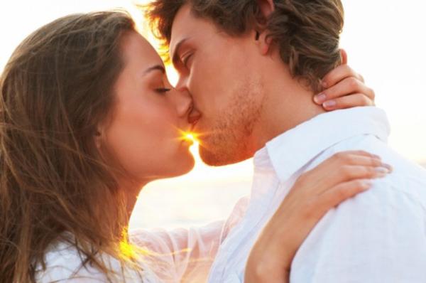 Young Couple Kissing 630x418 Sedam koraka do savršenog poljupca