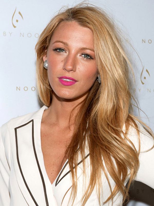 blondes blake lively rose gold Beauty Look: Mat na usnama