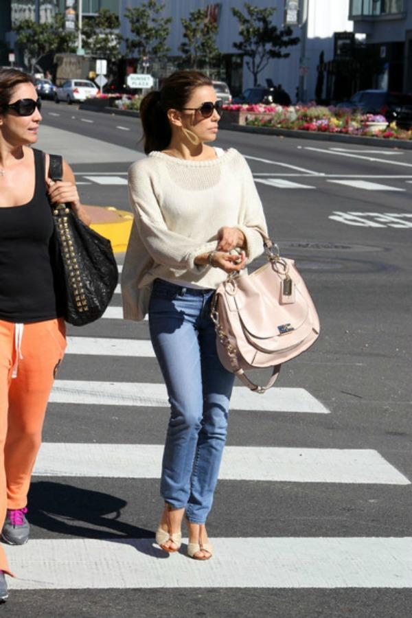 Eva u dzemperu i farmerkama 6.jpg  Street Style: Eva Longoria
