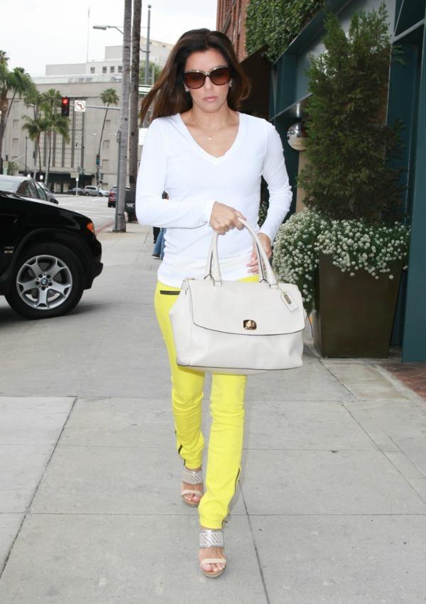 Eva u zutim pantalonama 2.jpg Street Style: Eva Longoria