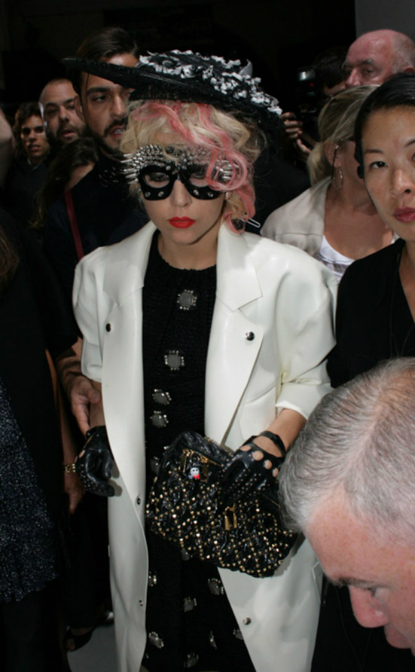 Gaga u belom mantilu sa sesirom na glavi Sve torbe: Lady Gaga