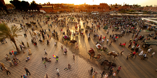 Mnostvo ljudi na trgu Marakeš: Grad istočnjačke lepote