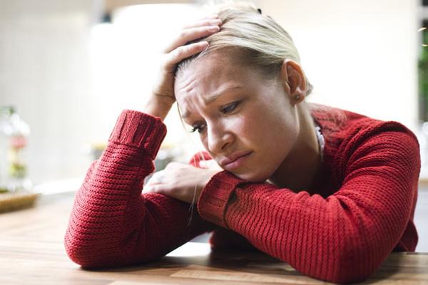 anxious worried woman rex 1316981235 Ženski tripovi: Ne guram ja nos, samo se brinem