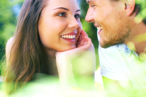 woman looking lovingly at man Ženski tripovi: Gde ste muškarci? (5. deo)