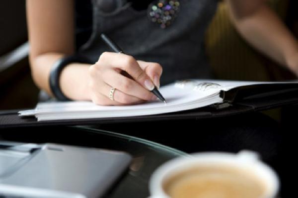 woman writing A ti baš svašta pišeš