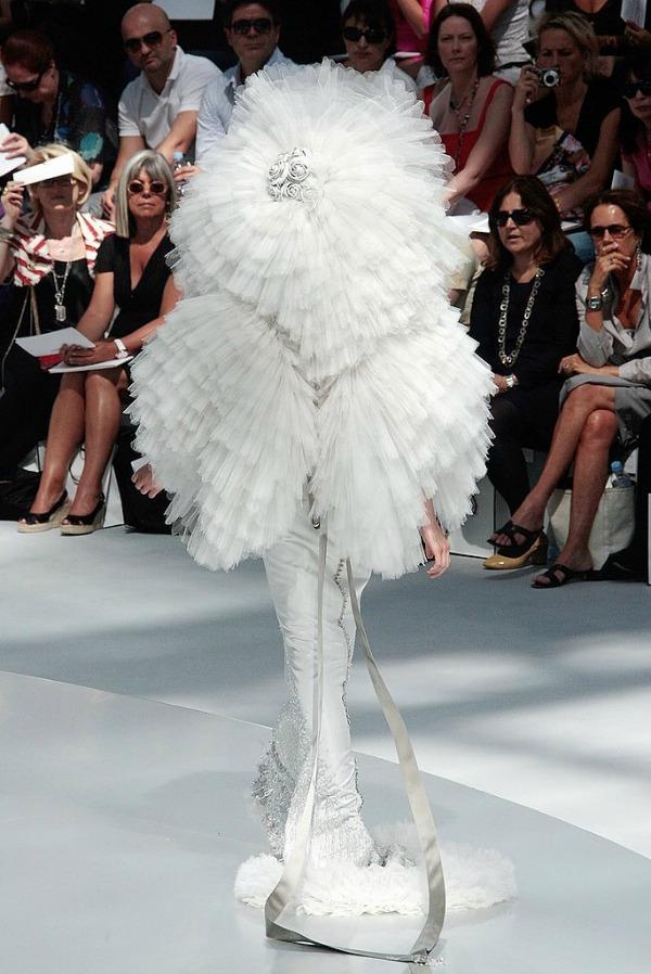 10 Bela duga haljina Najbizarnije modne kreacije