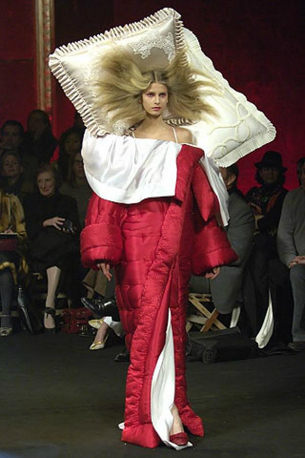 8 Crvena haljina i jastuk Najbizarnije modne kreacije