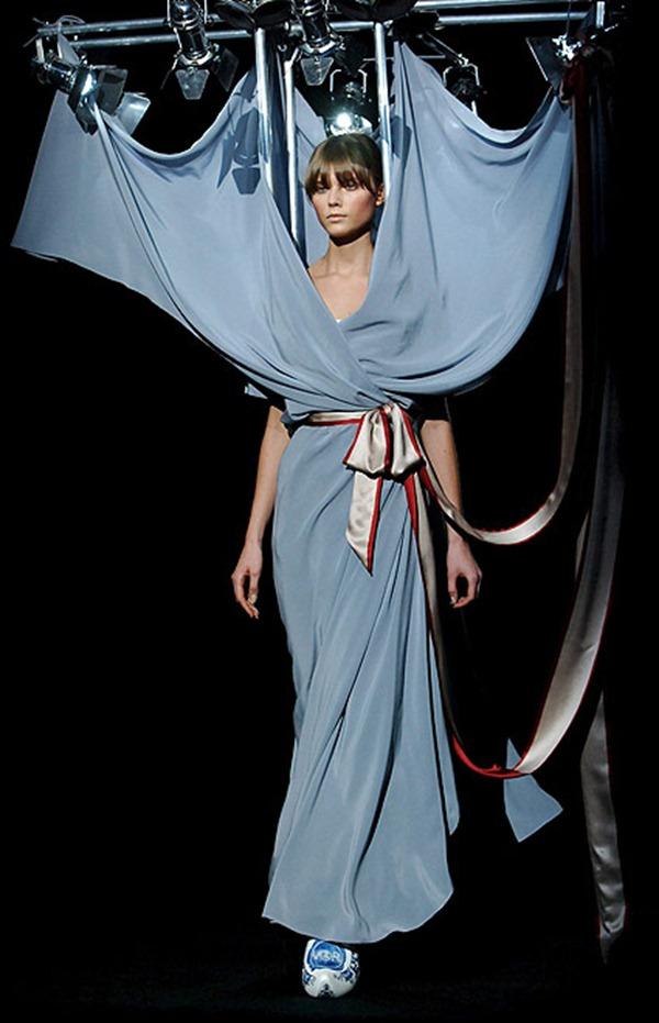 9 Plava haljina i reflektori Najbizarnije modne kreacije