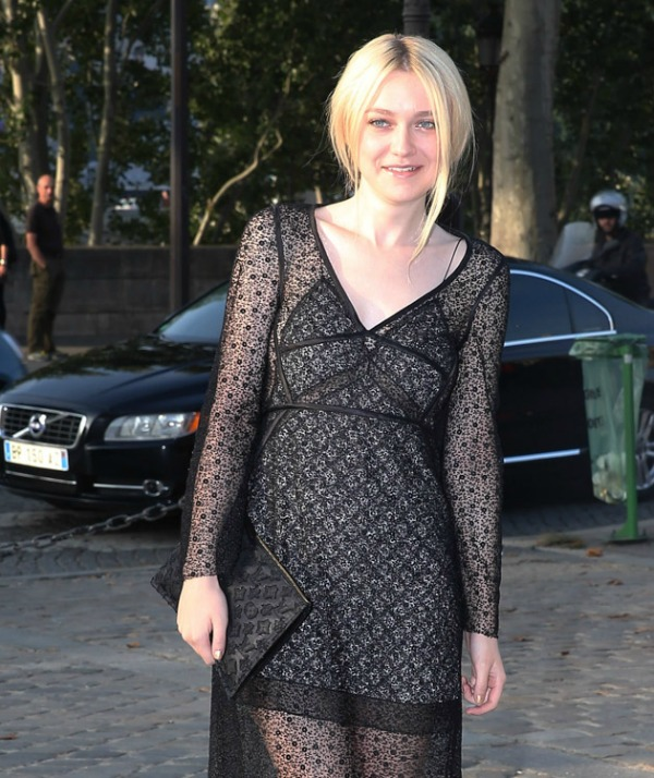 Dakota Fening lepo kombinuje print haljine i Monogram flet Luj Viton tasnicu Nedelja mode u Parizu: Deset tašni poznatih ličnosti
