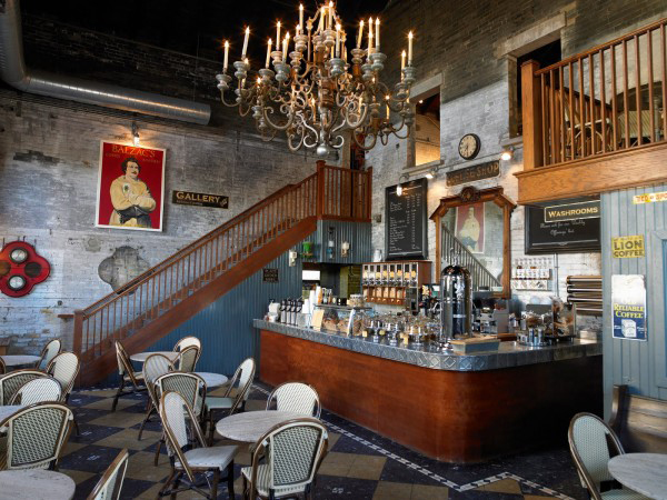 Drveni sank drvene stepenice i veliki luster iznad Kafenisanje po planeti: Deset najboljih kuća kafe