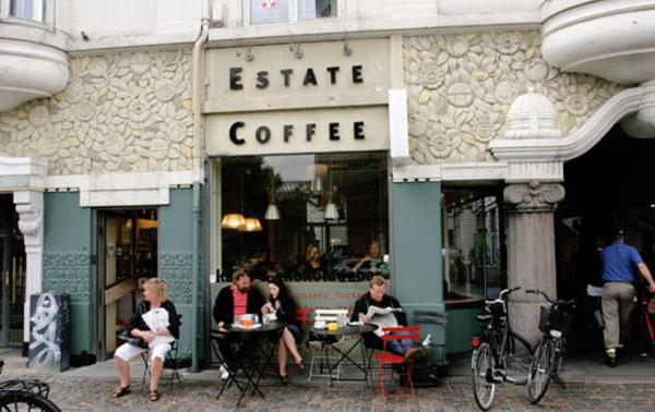 Ljudi sede ispred estate kafea Kafenisanje po planeti: Deset najboljih kuća kafe