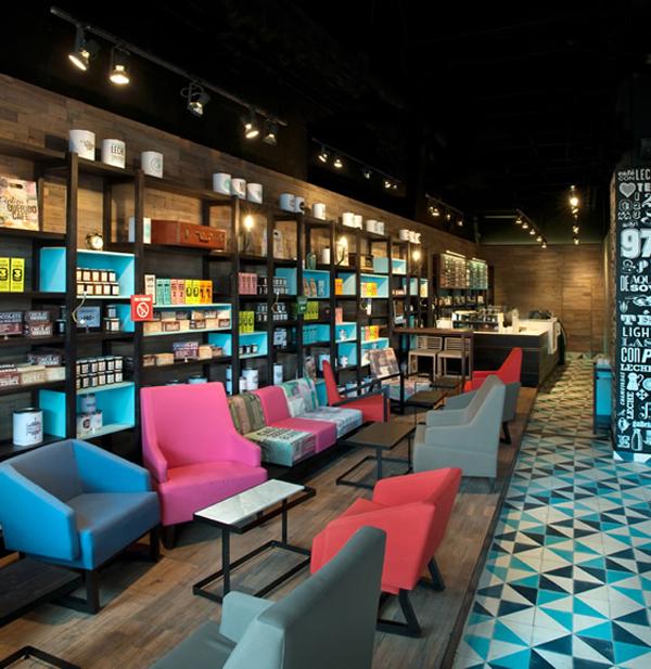 Plave roze sive stolice ispred polica Kafenisanje po planeti: Deset najboljih kuća kafe