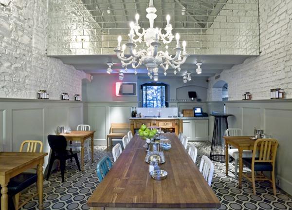 Raskosni luster iznad drvenog stola Kafenisanje po planeti: Deset najboljih kuća kafe