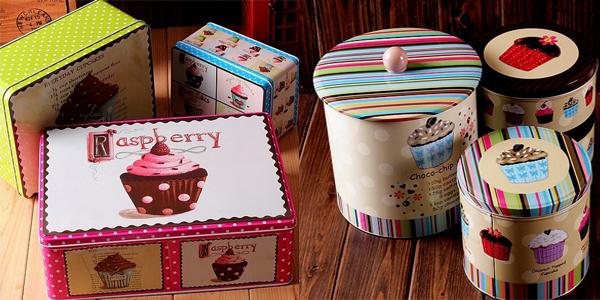 Tri kutije i tri konzerve veselih boja Retro posude za čuvanje slatkiša