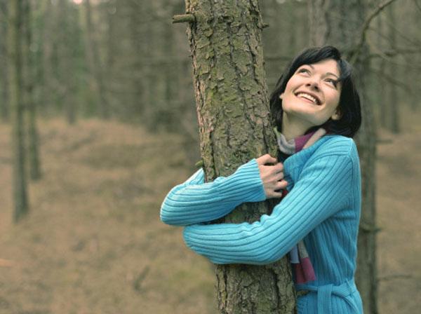 woman hugging tree Retrogradnja temelja