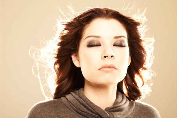 woman with closed eyes Alternativa, put kojim se sve češće ide: Da li postoji aura?