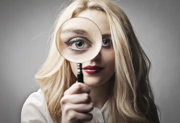 woman with magnifying glass Stvaran svet oko mene