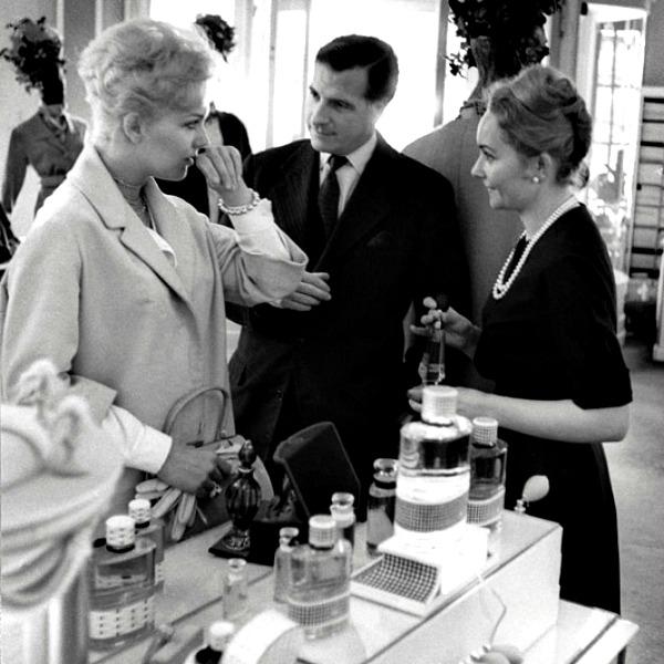 04 Kim Novak kupuje Dior Izložba u Parizu posvećena parfemu Miss Dior