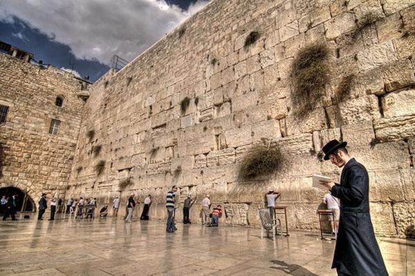 Ljudi se mole ispred zida Deset najčudesnijih zidova na svetu