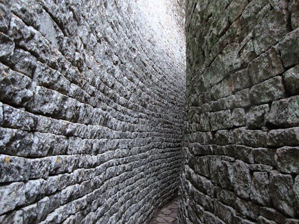 Uzan prolaz izmedju zida Deset najčudesnijih zidova na svetu