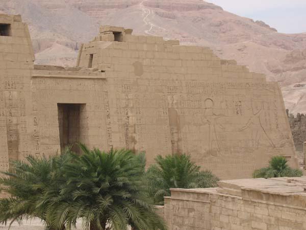 Zid ruiniranog hrama sa egipatskim motivima Deset najčudesnijih zidova na svetu