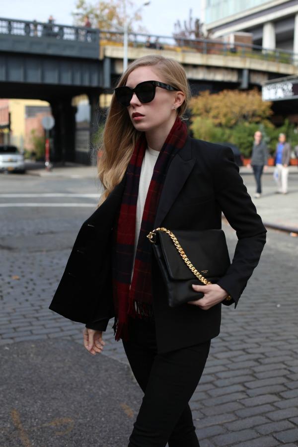 black jacket and tartan scarf via fashionsquad Moda u novembru: Najbolje torbe modnih blogerki